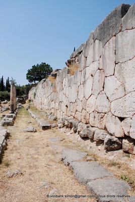[NU901-2008-0155] GR - Delphes - Sanctuaire d'Apollon : Mur polygonal de soutènement du temple situé derrière le Portique des Athéniens