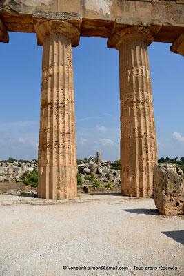[NU906-2019-1466] Sélinonte - Temple E : Deux colonnes (face Nord), vue prise depuis l'intérieur du temple - En arrière-plan, ruines du temple F