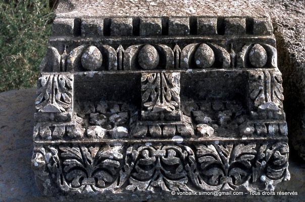[017-1978-07] Henchir Kasbat (Thuburbo Majus) : Détail d'une corniche posée sur le sol du forum