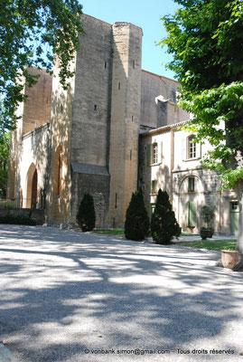 """[NU001-2017-600] 34 - Villeveyrac - Valmagne : Pignon Sud du Porche de l'église et extrémité du """"Logis des hôtes"""""""