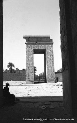 [NB070-1973-44] Karnak - Temple de Khonsou : Porte de Ptolémée III Evergète vue depuis la porte du premier pylône