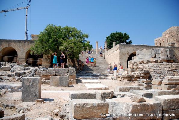 [NU901-2009-0140] Lindos (Rhodes) : Escalier de la terrasse de la stoa dorique - sous la terrasse, arcades des magasins et citernes