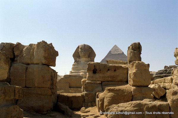 [068-1981-06] Gizeh - Khéphren : Derrière le sphinx, la pyramide du Roi
