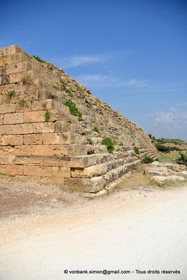 [NU906-2019-1479] Sélinonte : Remparts à gradins de l'angle Sud-Est de l'Acropole (vue partielle)