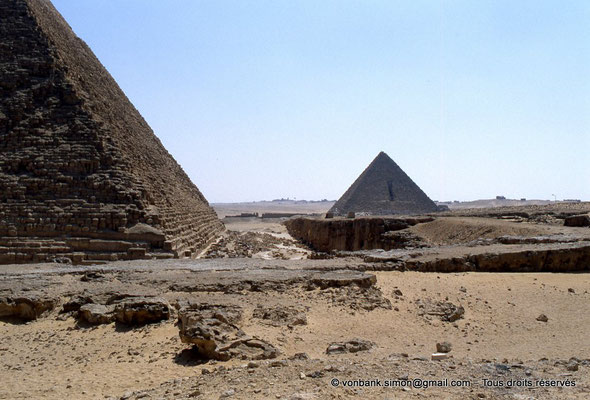 [068-1981-02] Gizeh - Khéphren : La pyramide du Roi - En arrière-plan, la pyramide de Mykérinos