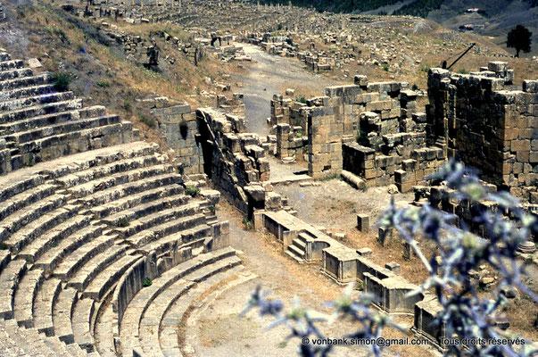 [070-1978-02] Djemila (Cuicul) : Théâtre - Cavea, orchestra, scène et son mur (vue partielle)