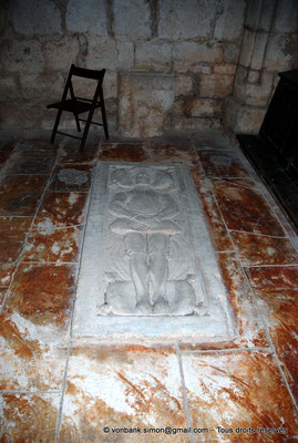 [NU002f-2016-0400] 11 - Fontfroide : Chapelle des Morts - Pierre tombale