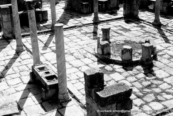 [AM-001_1971_03a] Djemila (Cuicul) : Marché de Cosinius - Vue depuis le Capitole sur le Tholus et la Table de mesures