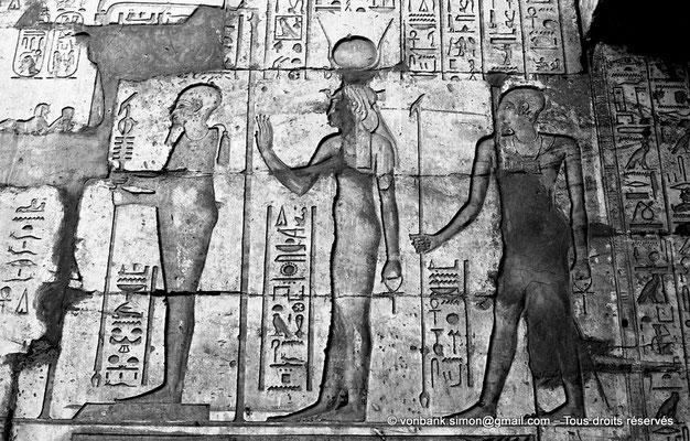 [NB075-1973-56] Karnak - Temple de Ptah : Détail du mur Nord de la cour (Ptah, Hathor et Imhotep font face à Ptolémée Philopator (non visible sur la photo))
