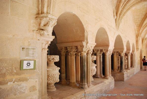 [NU001-2017-576] 34 - Villeveyrac - Valmagne : Baies de la salle capitulaire donnant sur la galerie Est du cloître