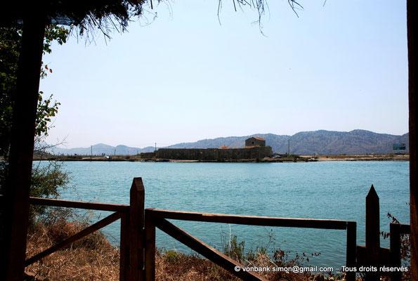 """[NU902-2010-074] Butrint (Buthrotum) : Juste en face de l'entrée du site archéologique, la forteresse """"triangulaire"""" vénitienne (1490)"""