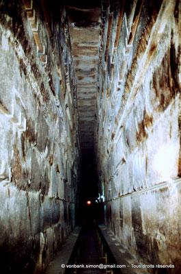 [067-1981-25] Gizeh - Khéops : La grande galerie