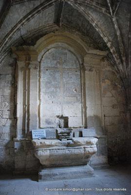 [NU001i-2018-0010] Arles - Les Alyscamps : Chapelle Saint-Accurse - Autel