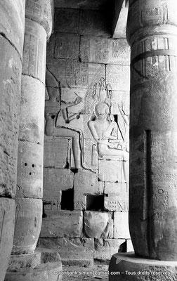 [NB086-1981-25] Ramesseum : Salle des barques - Ramsès II est assis devant un perséa