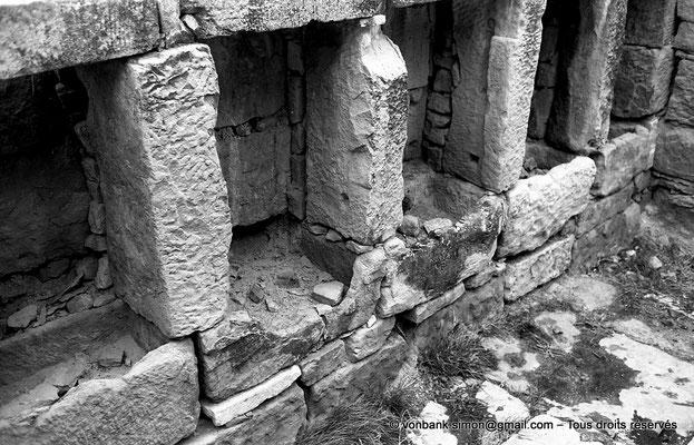 [NB042-1978-37] Timgad (Thamugadi) : Intérieur du fort - Placards avec auges