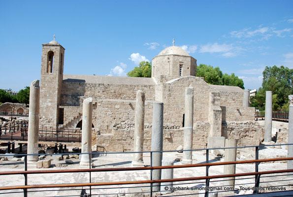 [NU900-2012-099] Paphos (Nea Paphos) : Ruines de la Basilique paléochrétienne Panayia Chrysopolitissa - en arrière-plan, l'Église Agia Kyriaki Chrysopolitissa