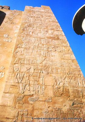 [082-1973-09] Karnak : Salle hypostyle : Montant gauche de la porte du pylône II