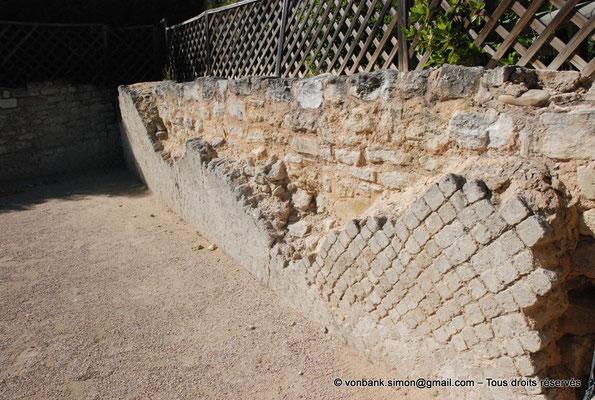 [NU003-2017-488] Caumont sur Durance (Clos-de-Serre) : Partie du mur de clôture du jardin avec parement en opus reticulatum