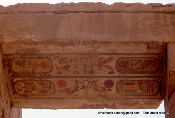 [068-1981-18] Karnak - Salle hypostyle : Architrave - Soffite sur lequel est inscrit le nom de Ramsès II
