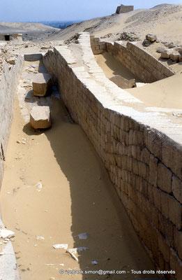 [067-1981-15] Saqqara - Ounas : A proximité de la chaussée montante, deux fosses à barque