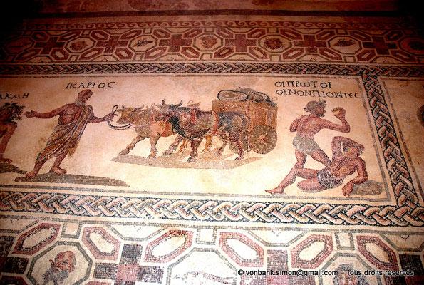 [NU900-2012-055] Paphos (Nea Paphos) : Villa de Dionysos - Histoire d'Icarios (partie droite) : Icarios tient les rênes des boeufs tirant un chariot chargé des outres de son premier vin, puis deux bergers enivrés [16]