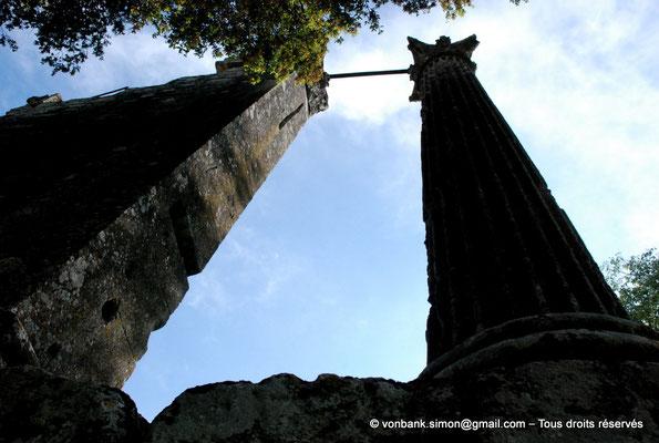 [NU001b-2018-0014] Vernègues (Alvernicum) : Colonne cannelée et pilastre lisse surmontés de chapiteaux à feuilles d'acanthe