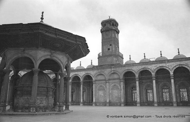 [NB072-1973-04] Le Caire - Mosquée Mohamed Ali Pacha : Fontaine à ablutions - En arrière-plan, colonnade et la tour-horloge