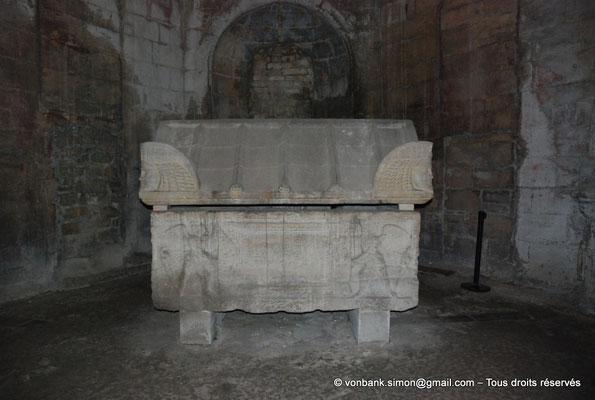 [NU001i-2018-0028] Arles - Les Alyscamps : Eglise Saint-Honorat - Chapelle de Notre-Dame de Grâce : Sarcophage