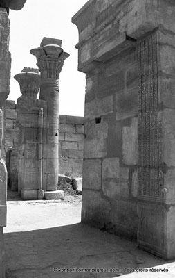[NB087-1973-01] Karnak - Temple de Ptah : Porte D - Détail de l'embrasure du montant Sud (Tibère) - En arrière-plan, vue sur le montant droit de la Porte E avec sa colonne composite