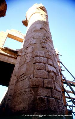 [082-1973-23] Karnak - Salle hypostyle : Colonne de l'allée principale (vue depuis le pylône III)