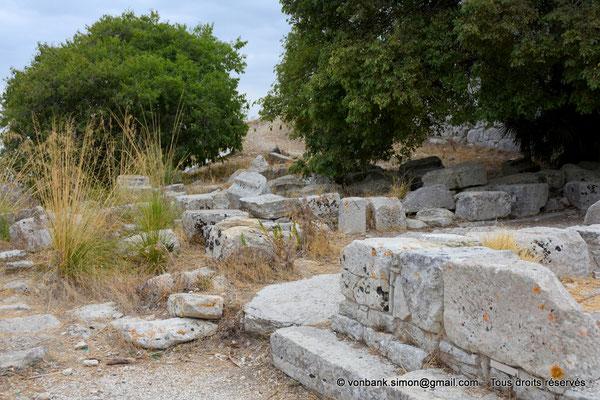 [NU906-2019-1326] Ségeste - Théâtre : Ruines éparses à proximité de la partie orientale du soubassement du mur de scène