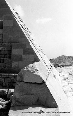 [NB085-1981-73] Saqqara - Ounas : Face Ouest de la pyramide d'Ounas avec une partie de son revêtement