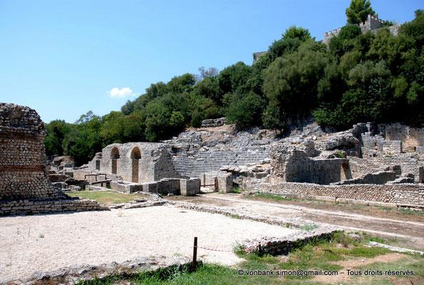 [NU902-2010-111] Butrint (Buthrotum) : Depuis les thermes, vue sur la façade arrière du mur de scène du théâtre et sa cavea