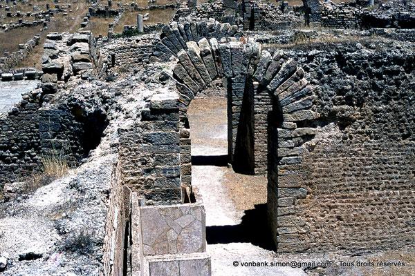[070-1978-29] Djemila (Cuicul) : Grands thermes - Salle chauffée (l'air chaud circulant entre le mur et la cloison marbrée)