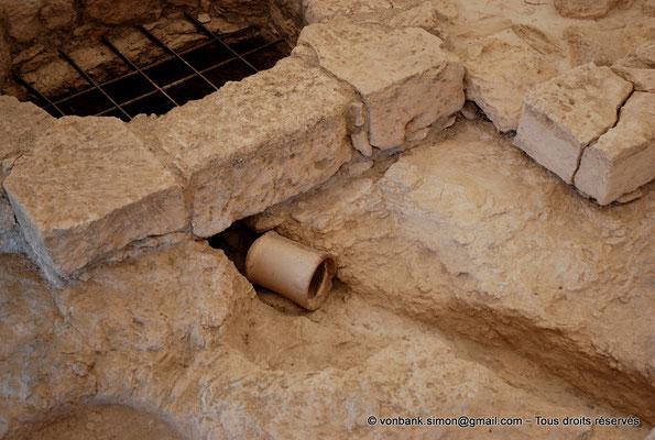[NU900-2012-014] Kourion (Curium) : Maison d'Eustolios - Au sol, morceau de canalisation en terre cuite utilisé pour le passage de l'air chaud nécessaire au caldarium