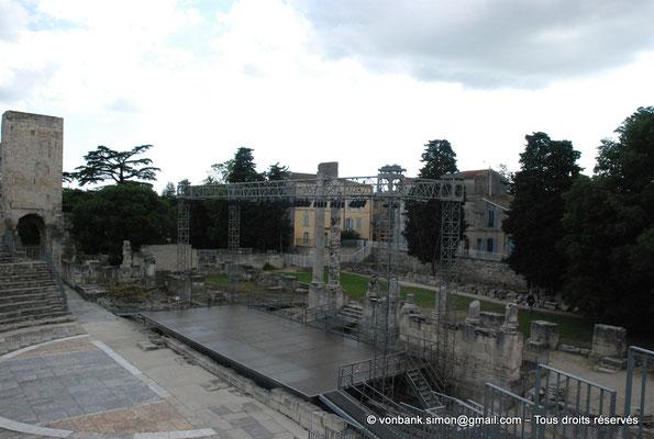 [NU001i-2018-0041] Arles (Arelate) - Théâtre : Scène et les deux seules colonnes visibles aujourd'hui