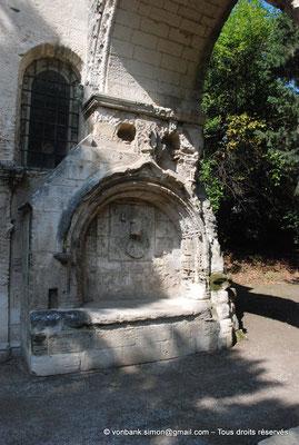 [NU001i-2018-0012] Arles - Les Alyscamps : Enfeu situé à la base de l'arcade romane de l'ancienne église Saint-Césaire accolé  à la chapelle Saint-Accurse