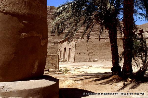 [069-1981-06] Karnak - Grande cour : Le temple-reposoir de Séthi II vu depuis le kiosque de Taharqa