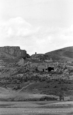 [NB044-1978-11] Chemtou (Simitthu) : En arrière-plan, ruines d'une église italienne du XIX° siècle