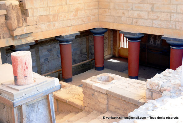 [NU905-2011-174] Cnossos (Crète) : Vue de l'escalier principal à colonnes (appartements de la reine)