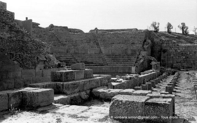 [NB056-1978-22] Timgad (Thamugadi) : Théâtre - Vue partielle de la cavea depuis l'entrée Nord
