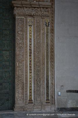 [NU906-2019-1686] Santa Maria Nuova (Monreale) : Elégante décoration de bas-reliefs en marbre alternant avec des bandes de mosaïque (Partie droite du portail principal)