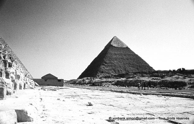 [083-1973-16] Gizeh - Khéphren : La pyramide du Roi - Sur la gauche, la base de la pyramide de Khéops