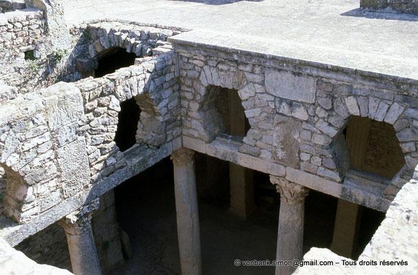 [009-1985-30] Bulla Regia : Maison de la chasse - Etage souterrain : Péristyle orné de colonnes à chapiteaux corinthiens