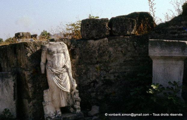 [072-1978-15] Annaba (Hippo Regius) : Grands thermes du Nord - Statue et stèle