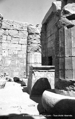[NB078-1973-08] Karnak - Temple de Khonsou : Salle des offrandes - Reposoir de la barque et colonnes protodoriques