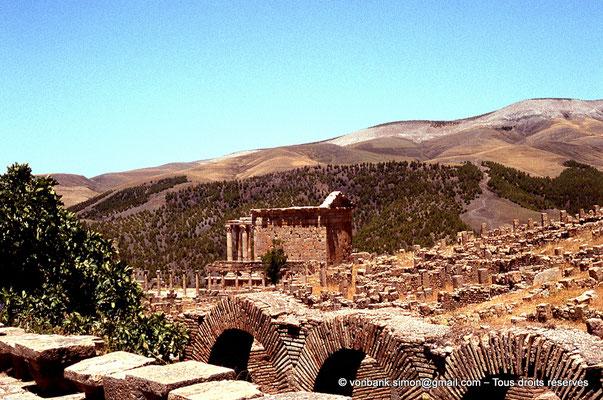 [070-1978-28] Djemila (Cuicul) : Temple Septimien (vue depuis la terrasse des grands thermes)