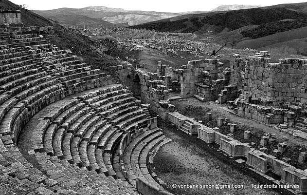 [NB033-1978-14] Djemila (Cuicul) : Théâtre - Cavea, orchestra, scène et son mur (vue partielle)