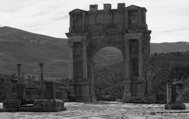 [NB031-1978-01] Djemila (Cuicul) : Place des Sévères (Nouveau forum) - Arc de Caracalla