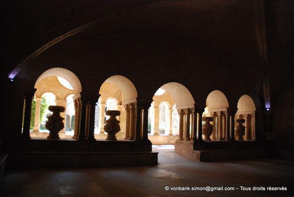 [NU001-2017-588] 34 - Villeveyrac - Valmagne : Vases du cardinal de Bonzi (XVII°) dans les baies donnant sur la galerie Est du cloître (Vue depuis l'intérieur de la salle capitulaire)